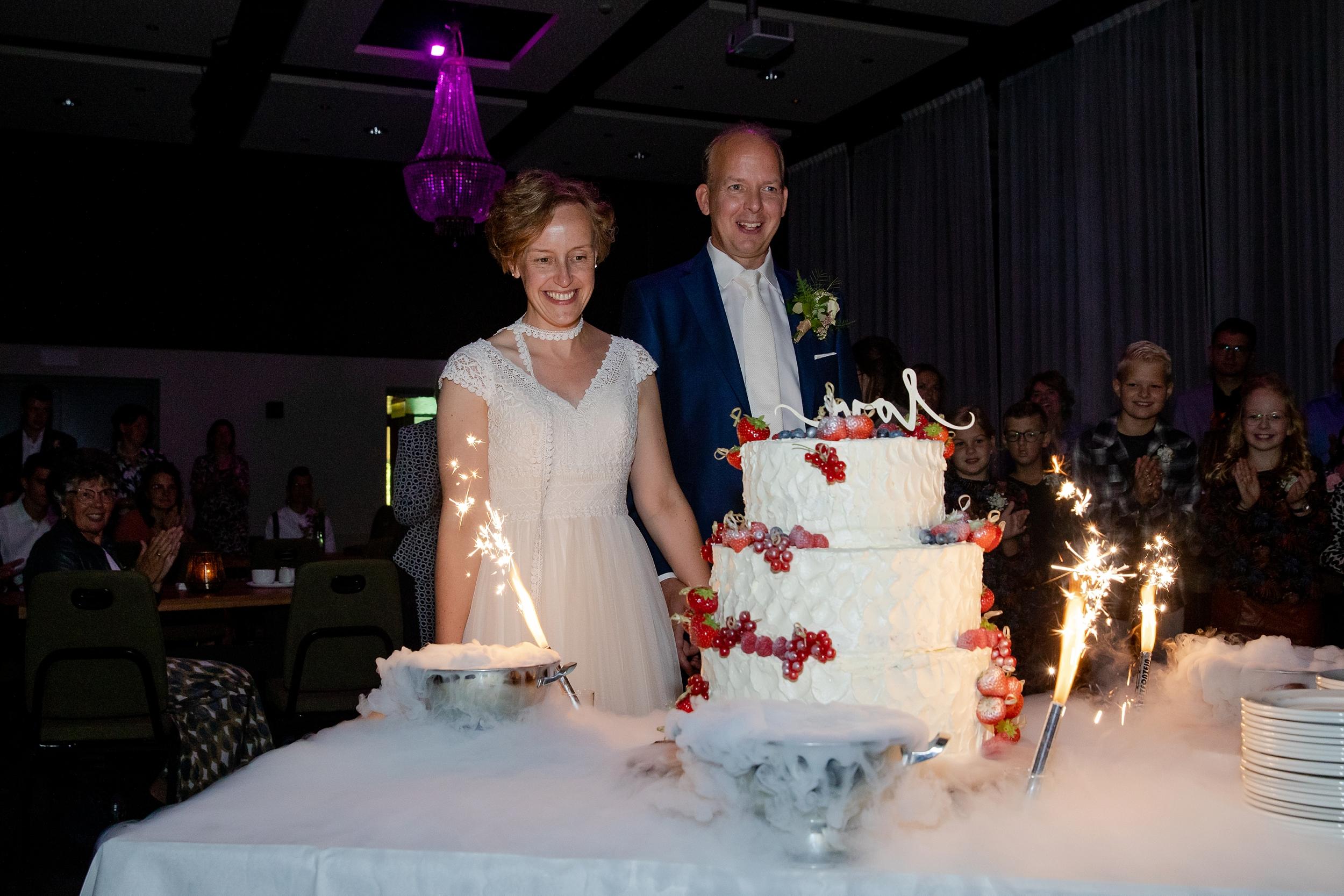 Bij de Essenburcht staat een reuze-bruidstaart klaar: een mooie start van een mooi feest!