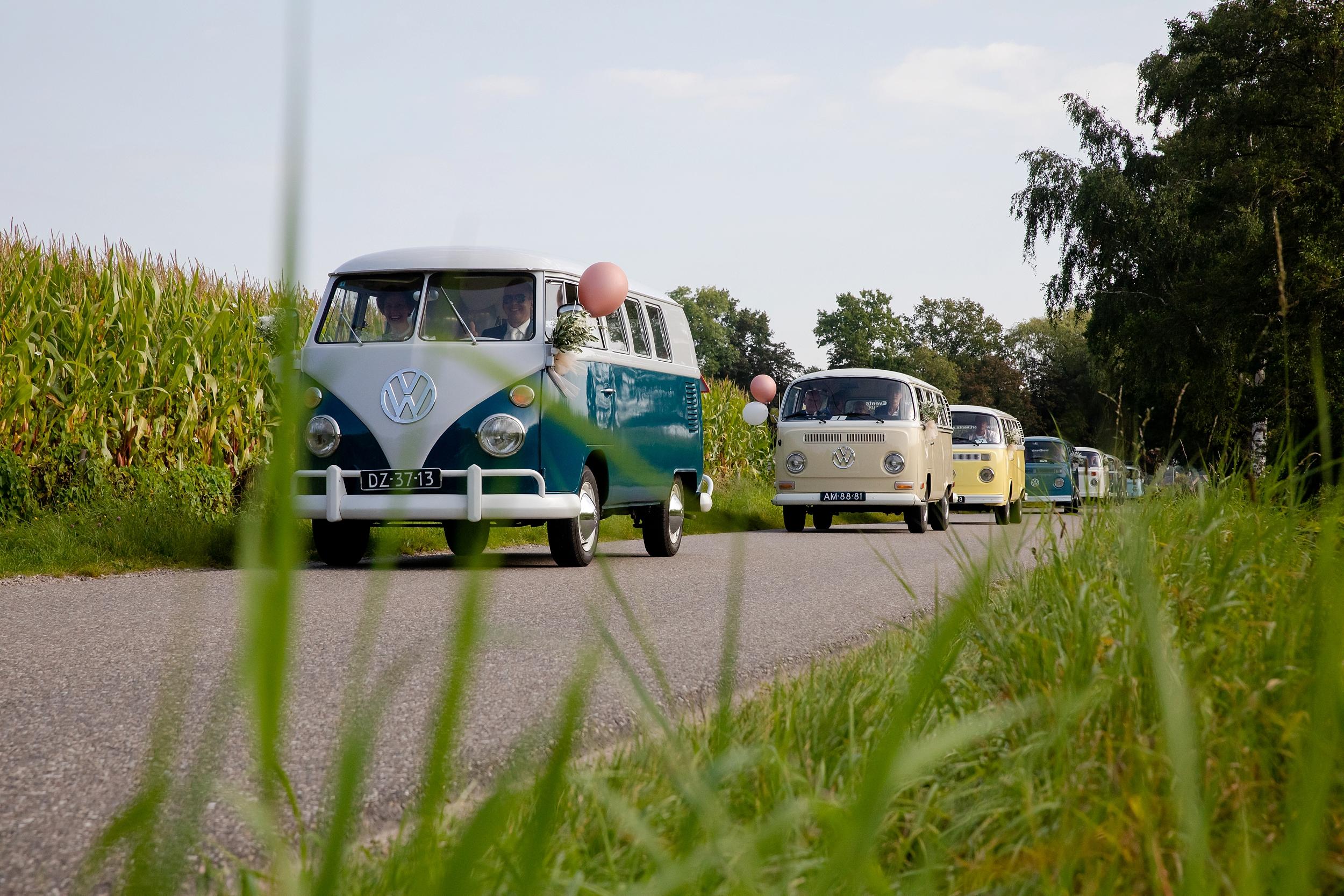 Vanuit Kootwijkerbroek rijden acht geweldige volkswagenbusjes naar Lunteren: een stoet waar je vrolijk van wordt! En dat merk je ook aan voorbijgangers: ze gaan vanzelf lachen als ze deze kleurrijke optocht zien!